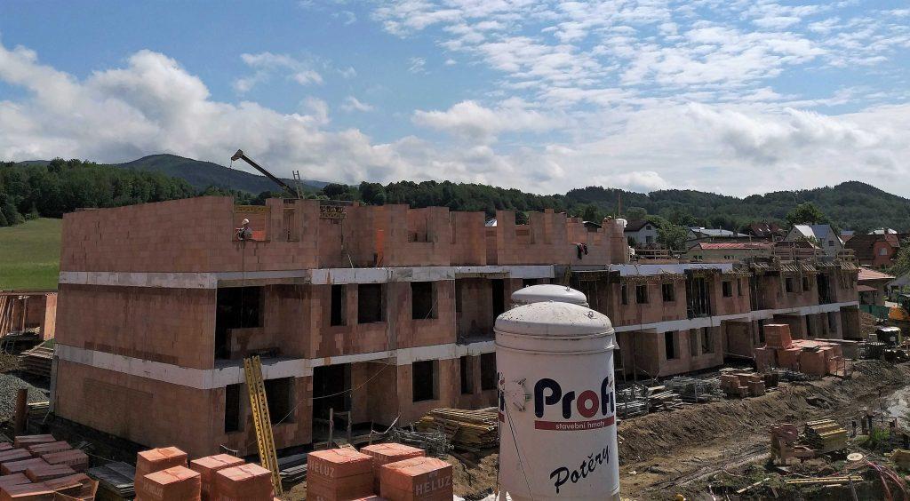 V bytovém bloku B již probíhá výstavba posledního podlaží.